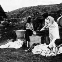 Balinchernoch Washing c1905 . Picture of a washing day at the turn of last century.  The photo won  a prize in a national competition for a Mrs Ross at Dirichurachan