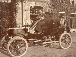 Car at Aldourie Castle 1907.